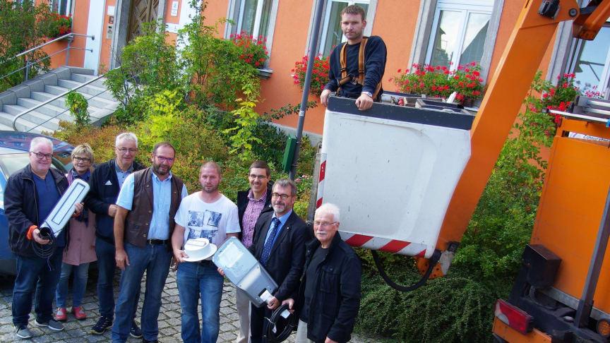 Helle Freude beim Ortstermin: Schon in sechseinhalb Jahren soll sich die LED-Umrüstung der Straßenbeleuchtung für die Gemeinde Röslau dank der Energieeinsparung gerechnet haben.