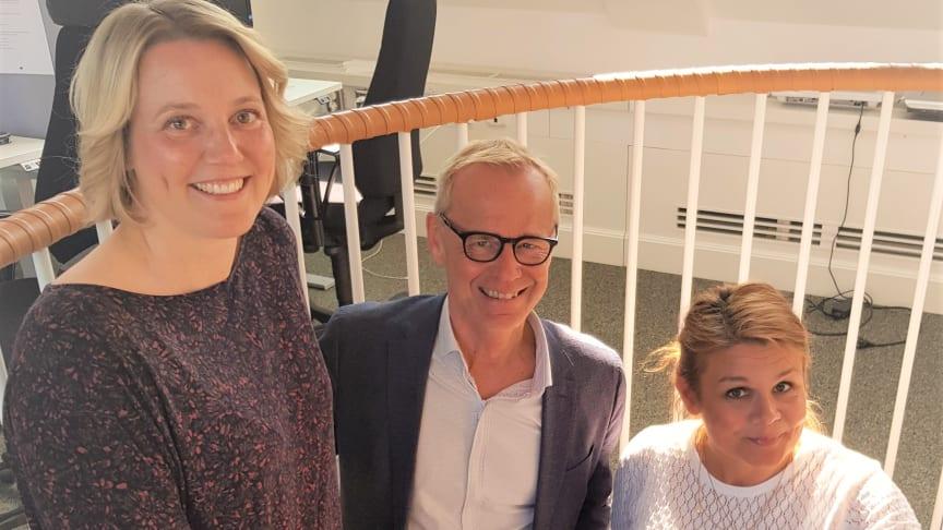 SoftOne satsar inom Tid, Bemanning och Lön med de två nya medarbetarna Cristel Annell (t.v.) och Lina Brådhe (t.h.), här tillsammans med SoftOne Groups CEO och grundare, Håkan Lord.