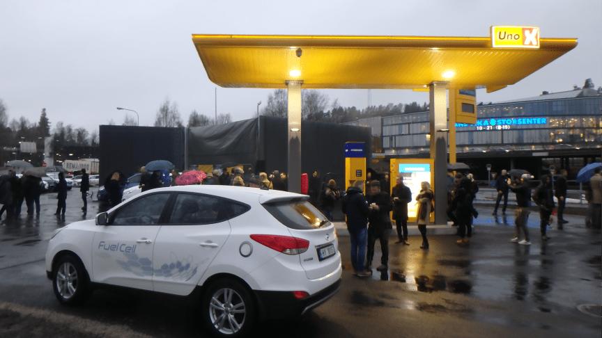 Hyundais hydrogenelektriske bil var et naturlig innslag på åpningen av Uno-X sin første hydrogenstasjon i Norge.