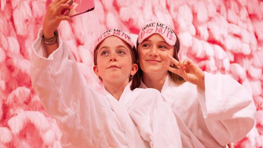 Den 10:e juli öppnar Sveriges mest fotovänliga, färgglada och galnaste hotellrum!