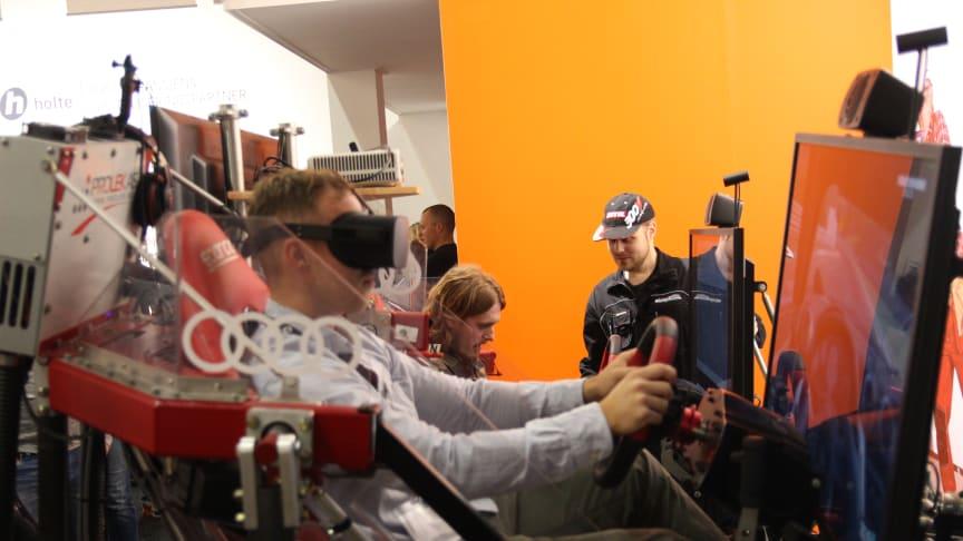 Det var mange som ville prøve Holtes racing-simulator.