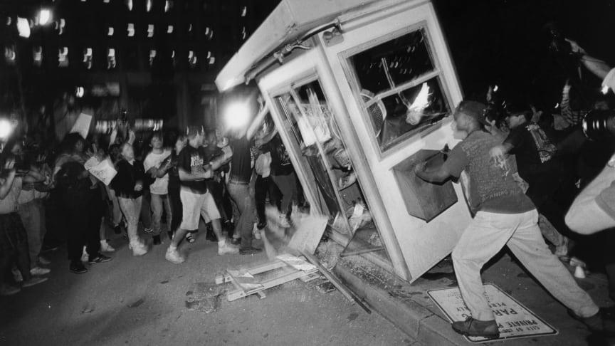 I Los Angeles resulterade kravallerna i stora motsättningar mellan stadens afroamerikanska invånare och LAPD samt ökade på ilskan över sociala orättvisor och polisbrutalitet.