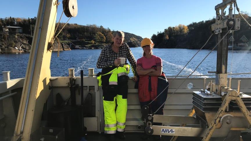 Opprydding av forurensede sedimenter er i dag et prioritert område for norske myndigheter. Her er NIVA-forskerne Morten Schaanning og Marianne Olsen på feltarbeid i Grenlandsfjordene i 2018. (Foto: NIVA)