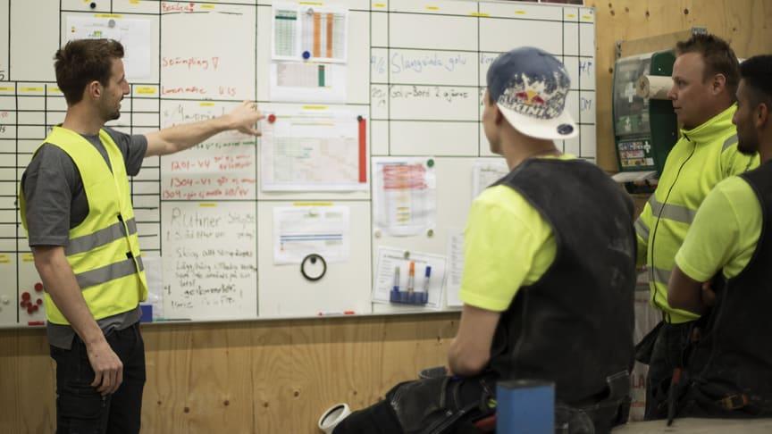 Rexhep Bahtiri instruerar kollegor. Foto: Sunne Träbyggnadsutbildning/Fanny Lundström