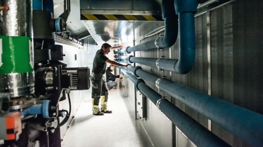 Den miljösmarta kylan skapas direkt i ventilationssystemet, till en bråkdel av kostnaden som kylmaskiner och fjärrkyla för med sig. En liten mängd vanligt kallvatten är allt som behövs.