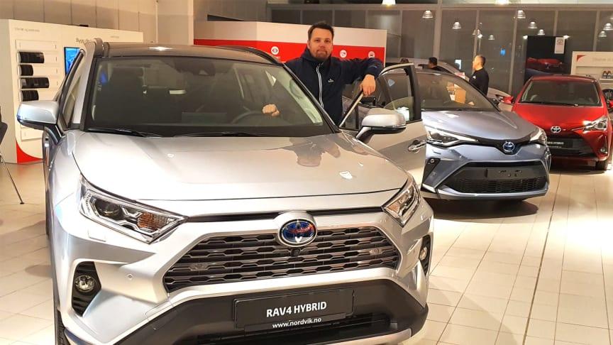 Toyotas hybridbiler er svært ettertraktede i markedet, sier Karl-Einar Rengård, bilselger hos Nordvik Toyota Bodø. Foto: Nordvik AS.