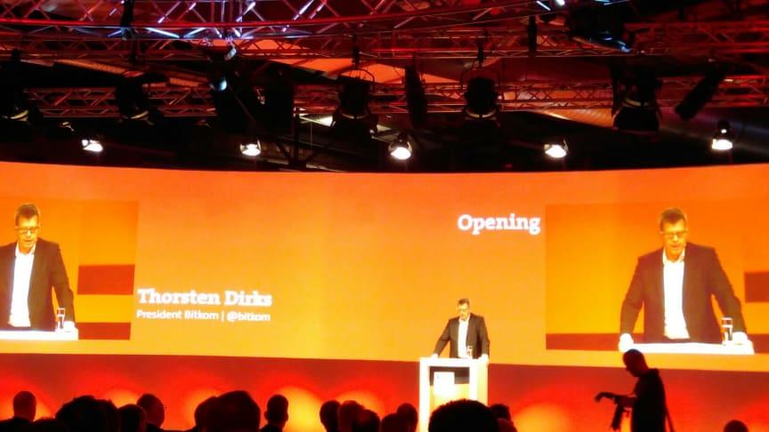 Thorsten Dirks eröffnet 50 Stunden Programm: 6 Konferenzen in einer Veranstaltung.