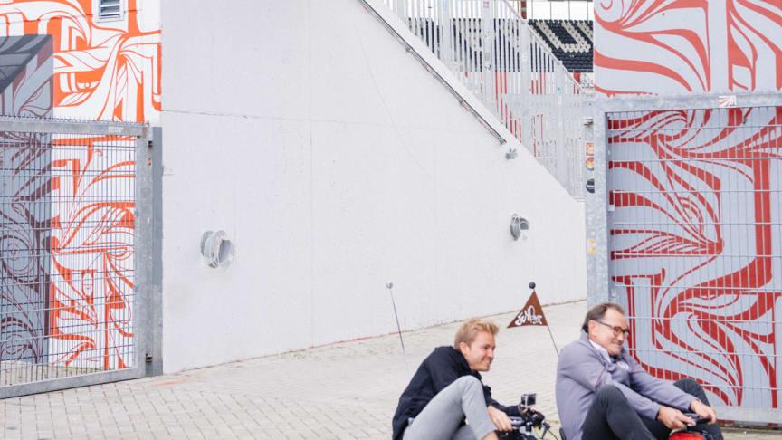 Geschafft: die tricky Eau de Toilet Kurve am Millerntor mit Rosberg & Lienen
