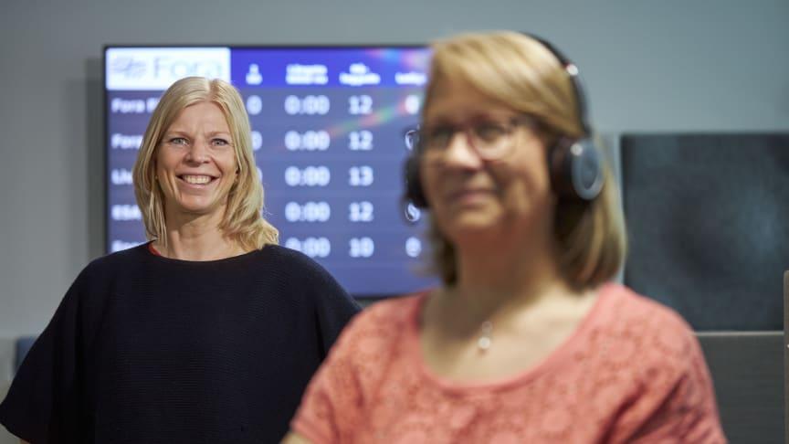 """Ann Hägerlind Ekehov, chef för Foras Kundcenter, är stolt över utmärkelsen """"Årets förändringsresa"""" som delas ut av Brilliant Future. I förgrunden Hanadi Kadri, medarbetare på Foras Kundcenter.."""