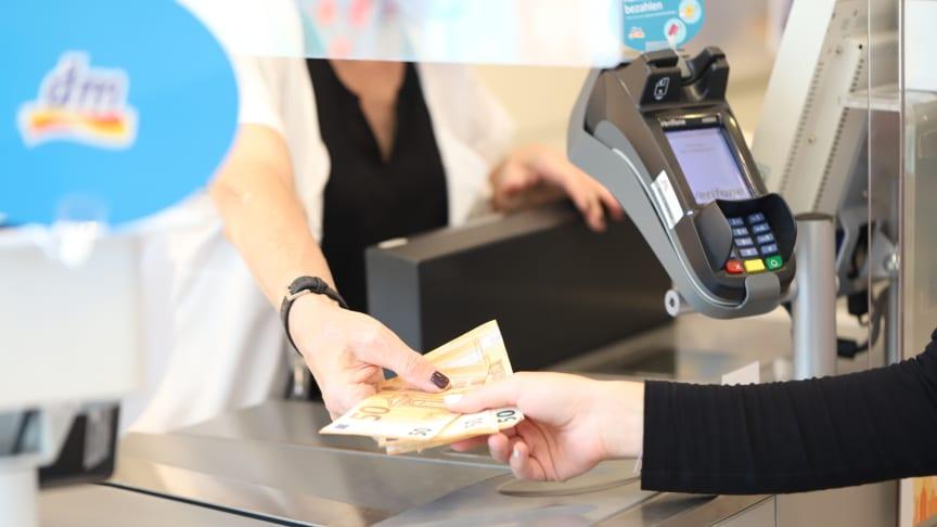 Jetzt auch mit Visa kostenlos Bargeld abheben bei dm