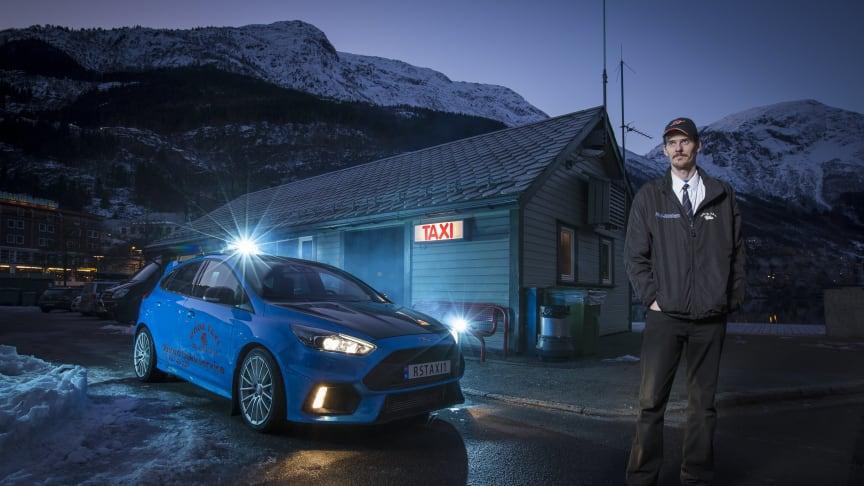 DET BLÅ LYNET: Her står Evald Jåstad fra Odda utenfor taxistasjonen med verdens eneste Ford Focus RS taxi.