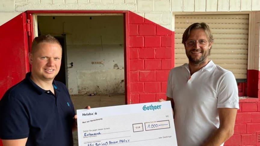Dominik Baer von der gleichnamigen Generalagentur der Gothaer überreicht 1.000 Euro an Thomas Kreisch, 1. Vorsitzender vom Sportverein SSV Rot-Weiß e.V. 1960