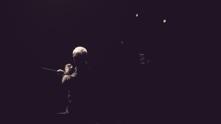 Silhouette of Martin Fröst conducting the Swedish Chamber Orchestra