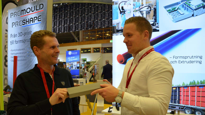 Hans Bergersäter, at left, and purchaser Philip Kjellander present A-Plast's own wood-plastic composite in the Småland stand at Elmia Subcontractor.