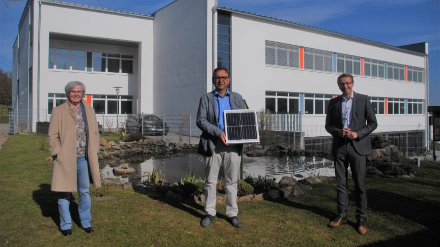 Landrätin Rita Röhrl (li.), Viechtachs Bürgermeister Franz Wittmann (mi) und Thomas Oppelt, Geschäftsführer der Bayernwerk Regio Energie GmbH (re.), gaben am Mittwoch den Startschuss für den Regionalen Strommarkt Viechtach.