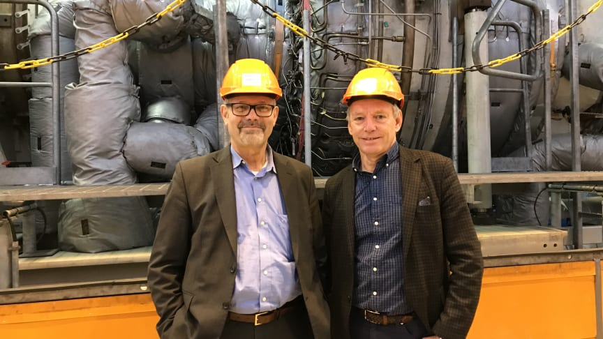 Hans Holmström, CEO of Siemens Industrial Turbomachinery AB, and Alf Engqvist, CEO of Göteborg Energi, in front of the test turbine installed at Rya CHP Plant.