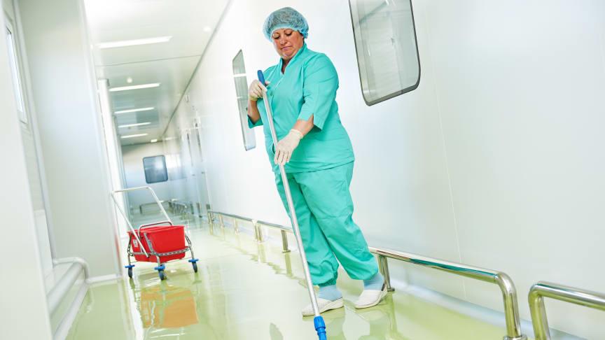 I bl.a. rengøringsbranchen er der behov for arbejdskraft, og derfor bør besskæftigelsesindsatsen åbnes op, mener arbejdsmarkedschef.