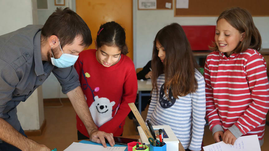Verrtrauen schaffen: Lehrer und Schülerinnen (Foto: Charlotte Fischer)