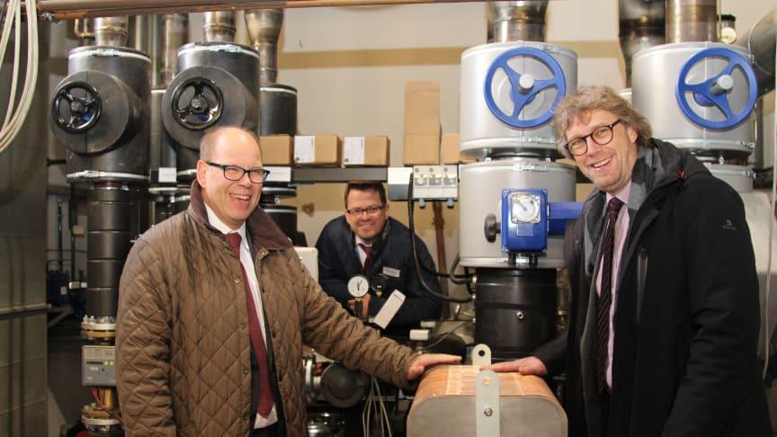 Dr. Andreas Brors, Geschäftsführer Energieservice Westfalen Weser, Matthias Partetzke, Geschäftsführer Stadtwerke Minden und Bürgerermeister Michael Jäcke vor der Anbindung der neuen Fernwärmeleitung.