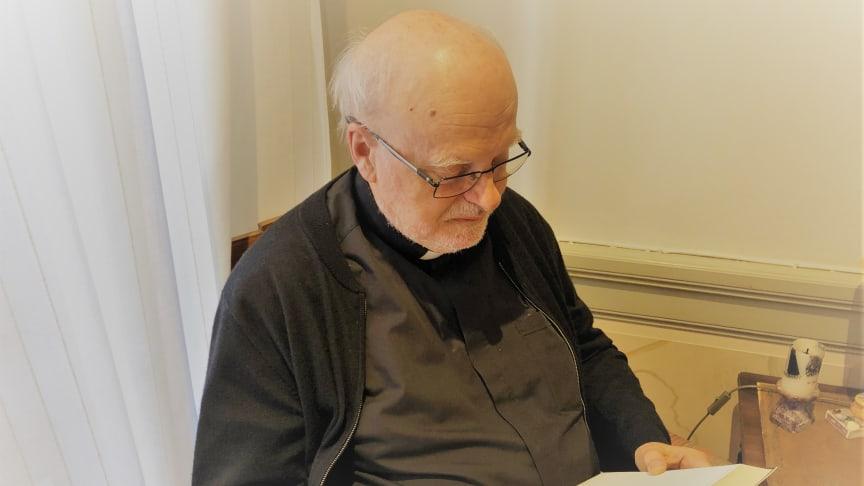 Kardinal Arborelius med den nya katolska studiebibeln