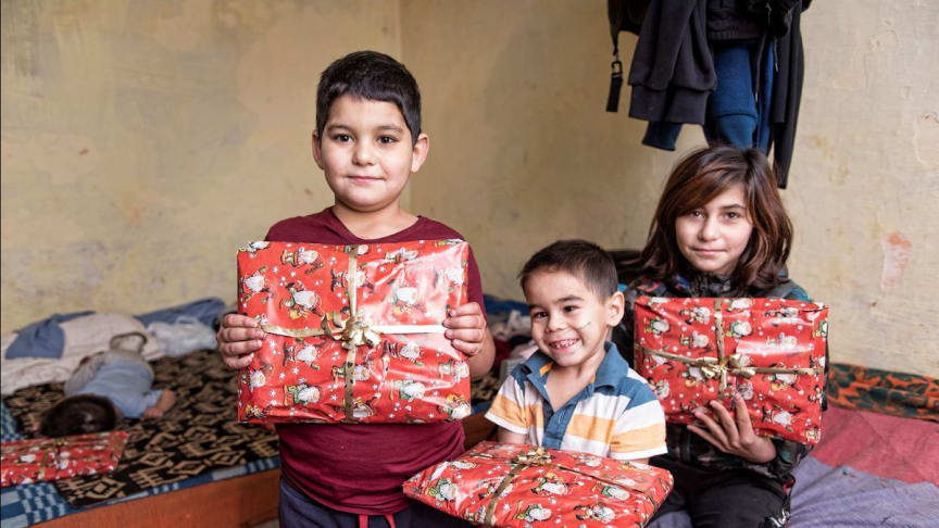 Syskonen Marion 8 år, Alexandro 5 år och Andrea 12 år har fått var sitt paket. Trots att de är i olika åldrar har paketen samma innehåll, det fungerar bra! Skrivmaterial och hygienartiklar behöver alla och den personliga hälsningen från Sverige blir