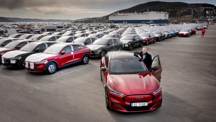 Administrerende direktør i Ford Motor Norge, Per Gunnar Berg, tok i mot det første store antallet Ford Mustang Mach-E som i dag ankom Drammen havn.  Bildet er tatt før alle bilene var kjørt i land.