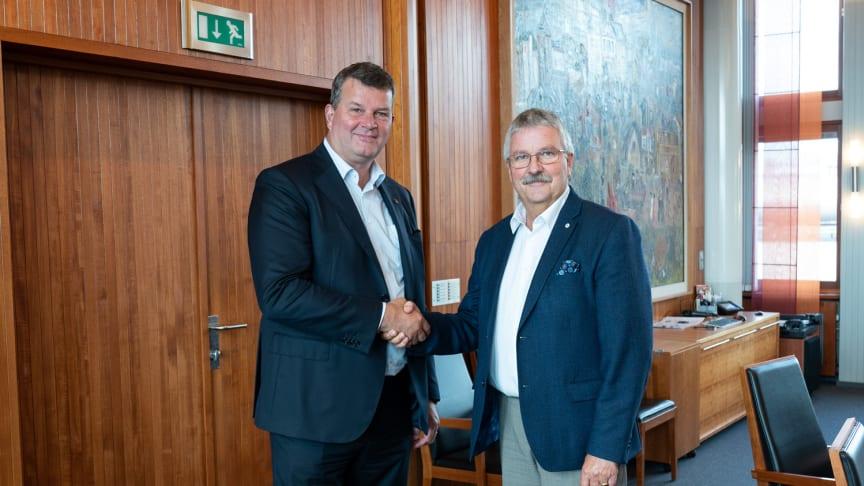 INNGIKK AVTALE: LO-leder Hans Christian Gabrielsen (tv) og konsernsjef Richard Heiberg i SpareBank 1 Østlandet signerte mandag avtalen som innebærer bedre rentebetingelser på boliglån til LO-medlemmer. Foto: Henry Mai.