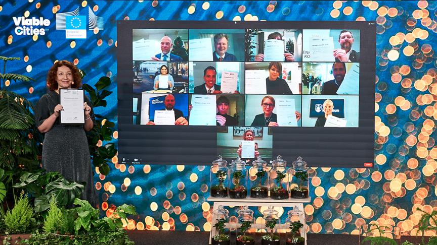 Som nummer två från vänster på översta raden visar Axel Josefson (M), kommunstyrelsens ordförande, upp Göteborgs Stads påskrivna klimatkontrakt.