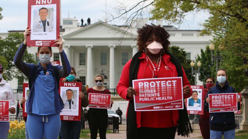 Vårdpersonal protesterar framför Vita huset 21 april 2020, för att uppmärksamma alla de inom vården som smittats av COVID-19 på grund av brist på personlig skyddsutrustning (PPE). © Flickr
