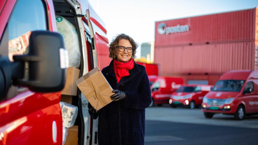 Tone Wille, konsernsjef i Posten, besøkte Postens nye distribusjonspunkt på Filipstad i Oslo hvor noen av de nye elektriske kjøretøyene nettopp er tatt i bruk.