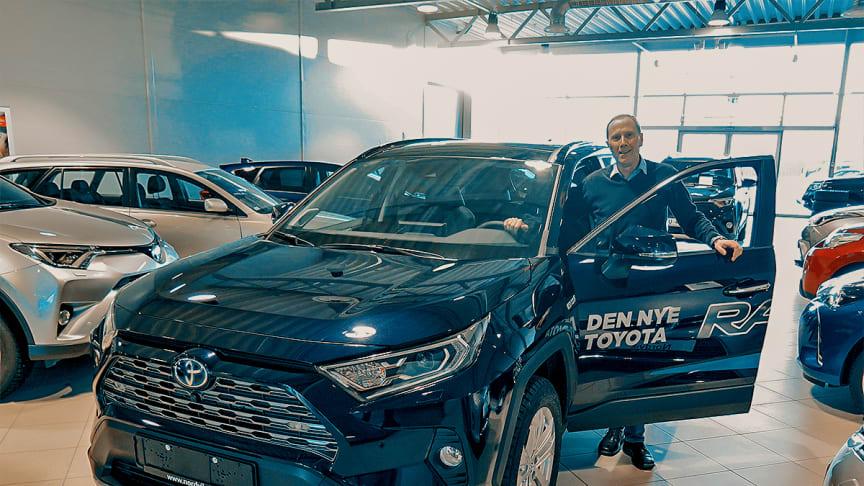 Toyotas hybridbiler er svært ettertraktede i markedet, sier Tor Skagen, salgssjef hos Nordvik Toyota Sortland. Foto: Nordvik AS.