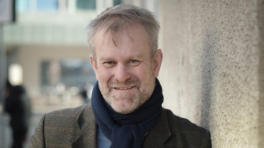 Björn Sundmark, professor i engelsk litteratur, menar att det finns flera exempel på  solidaritet mellan barn och vuxna i Emilböckerna.