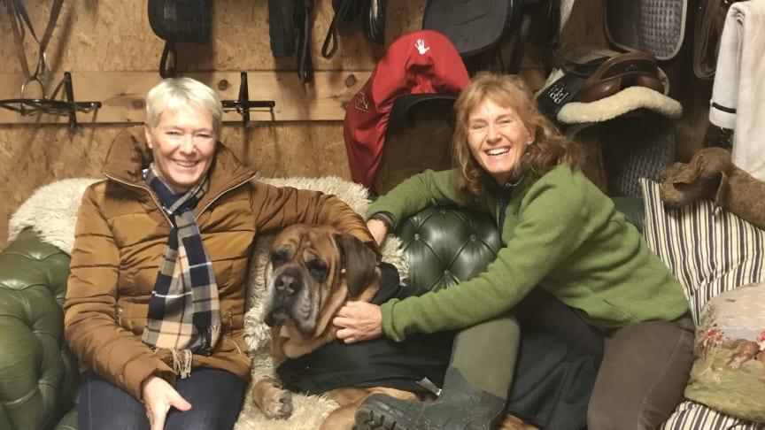 Grundarteamet Mari Zetterqvist Blokhuis och Charlotta Mantell med hunden Buster.