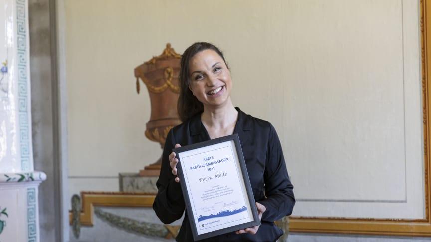 Petra Mede, årets Partilleambassadör tar emot sitt pris på Partille herrgård