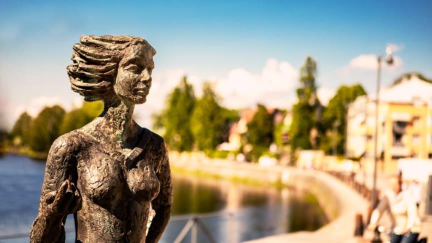 Målbilden för utmärkelsen Årets Sola är Eva-Lisa Holtz, som står staty vid Klarälven.