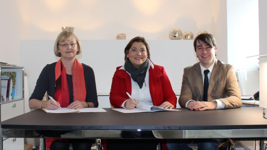 Bürgermeisterin Felicitas Betz (M.) und Ursula Jekelius (l.), Leiterin für Kommunen und Kooperationen in Oberbayern beim Bayernwerk, unterzeichnen im Beisein von Bayernwerk-Kommunalbetreuer Stefan Drexl (r.) den Konzessionsvertrag.