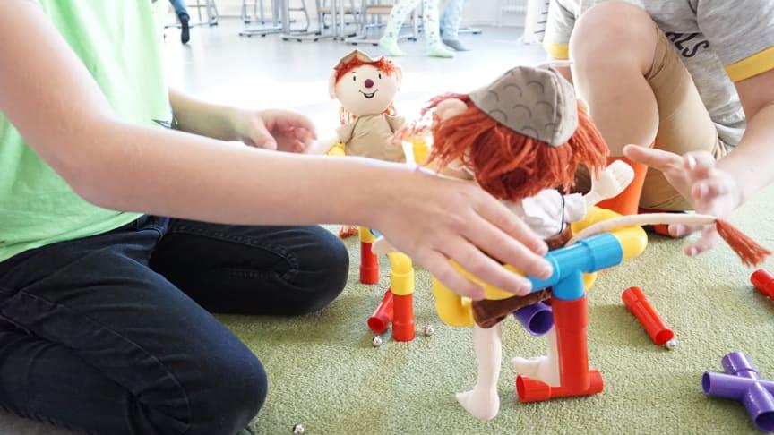 Vi öppnar försiktigt upp verksamheter som haft stängt under coronaepidemin. Barn i allmän förskola kan åter igen nyttja sin plats i förskolan, öppna förskolan ordnar utomhusaktivitet på prov, Kulturskolan startar upp viss verksamhet.
