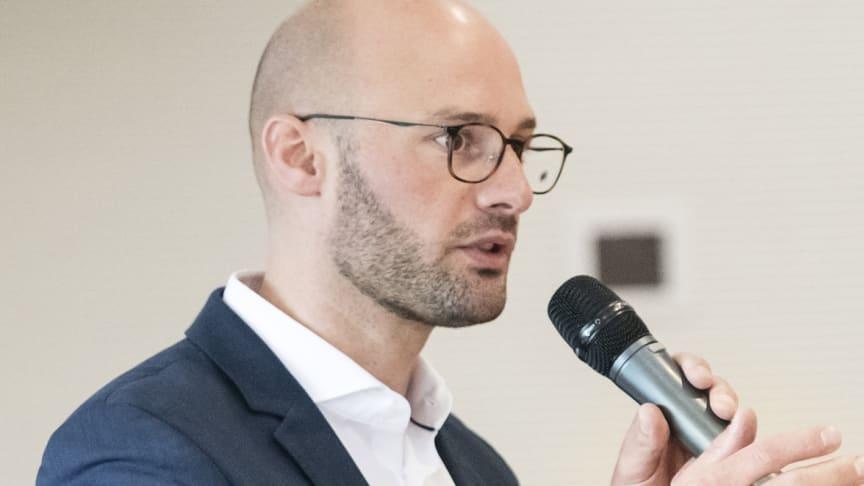 dm-Geschäftsführer Sebastian Bayer spricht auf dem 8. Rezyklat-Forum über die Informationskampagne für Kunden