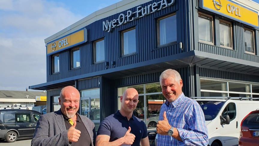 Bodø: Tore Vold (t.h) blir bilselger for Peugeot hos O.P. Fure. Her sammen med daglig leder, Chriss Marken (t.v) og bilselger Gaute Laberg. Foto: Nordvik Gruppen.