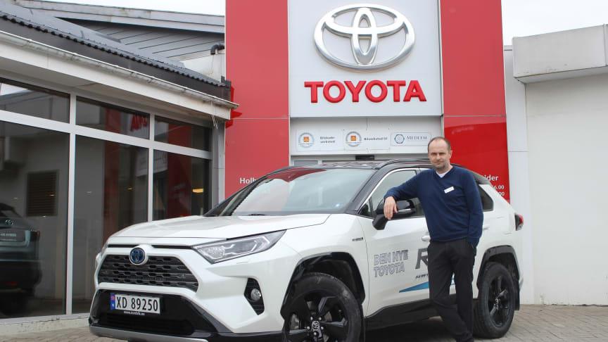 Toyotas hybridbiler er svært ettertraktede i markedet, sier Tore Suul, bilselger - KAM hos Nordvik Toyota Steinkjer. Foto: Nordvik AS.