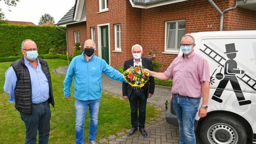 (v.l.): Peter Rocks (Bauamt), Henry van der Kamp (Bauleiter Deutsche Glasfaser), Bürgermeister Franz Möllering und Jürgen Fischer (1. Kunde).