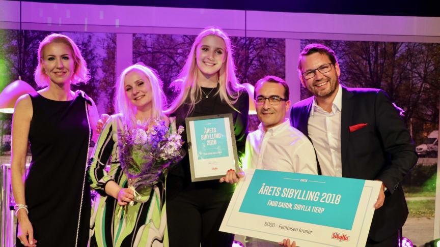 En stolt och glad Fuad Sadun med sina närmaste medarbetare Nova Hylla och Amanda Sundqvist, flankerade av Maria Hedman och Joakim Carlsson från Nordic Fast Food/Sibyllakedkjan.