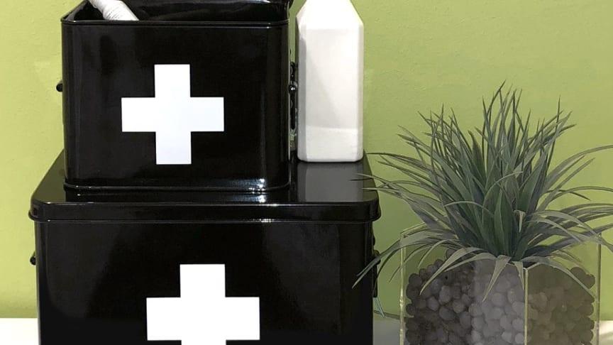 Ställ medicinboxen på en hylla i t.ex. badrummet, köket, verkstaden eller där ett hemapotek kan behövas!