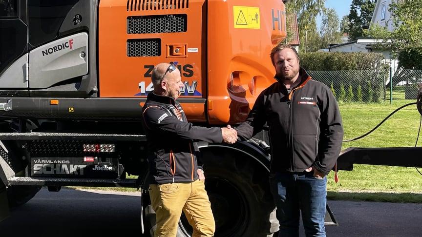 Säljare Claes Gustafsson hälsar sin nya kollega Jimmy Arvidsson välkommen till säljteamet på Delvator.