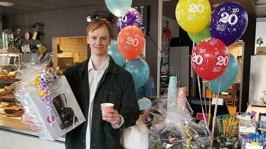 Filosofistuderande Olle Bild köpte den 20 miljonte koppen ekologiskt och Fairtrade-märkt kaffe hos Högskolerestauranger.