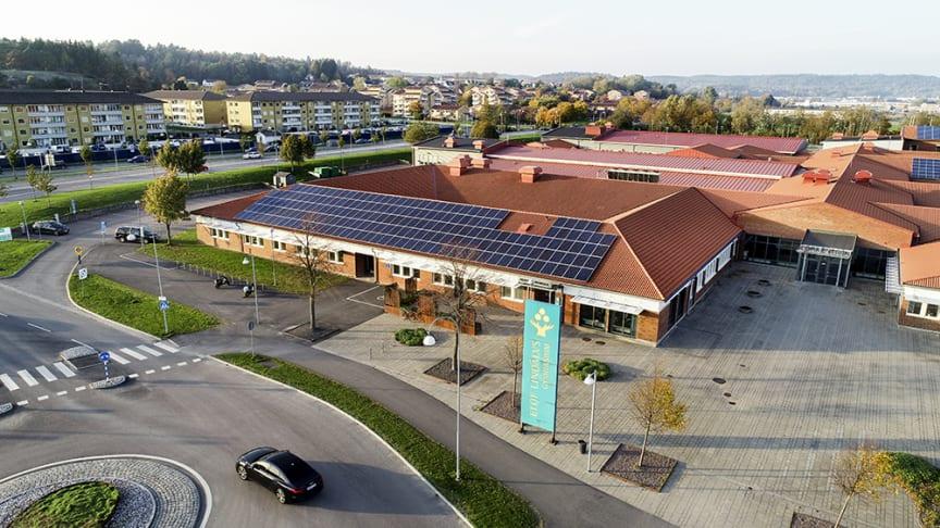 Eleverna på Elof Lindälvs gymnasium får sin undervisning på distans. Gymnasiechef, rektor, lärare och elever berättar om hur det fungerar.