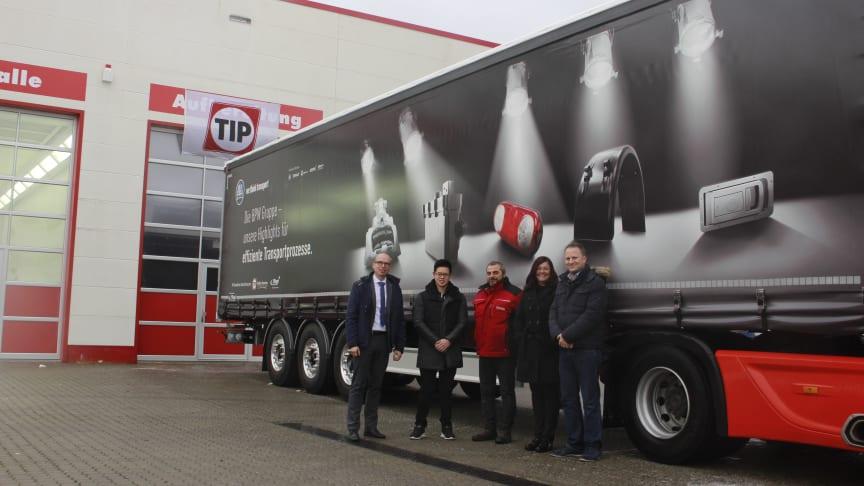 In der TIP Trailer Services Niederlassung in Eppertshausen wurde der erste BPW Movin' Star übergeben. v.l.: Eike Kreuschmer (BPW), Win-Wa Ly, Rudi Scheitler (beide Spedition Bork), Iris Tomei (TIP Trailer Services) und Steffen Bork (Spedition Bork)