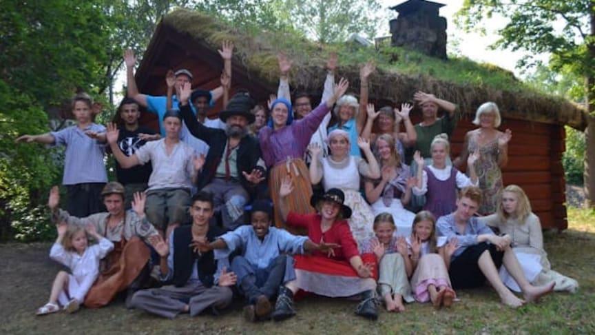 Eva Persson får årets föreningsledar-stipendium för sitt idoga arbete med Löa hembygdsförenings teaterprojekt.