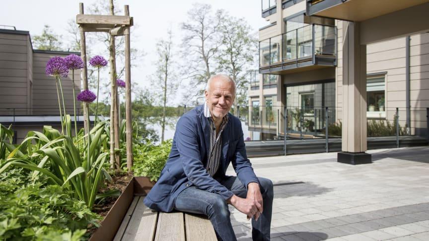 Arkitekt Ola Malm framför Strandsnäckan, Arkitektbolagets senaste träbyggnadsprojekt som han kommer att berätta om på Arkitekturbiennalen  i Venedig.