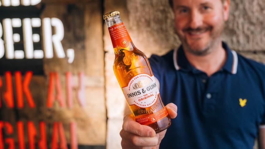 Innis & Gunn byter design – bryggeriets ikoniska genomskinliga flaska är tillbaka.